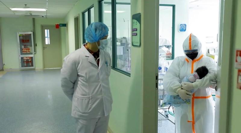 Bé gái 17 ngày tuổi ở Vũ Hán tự khỏi COVID-19 không cần thuốc - ảnh 1