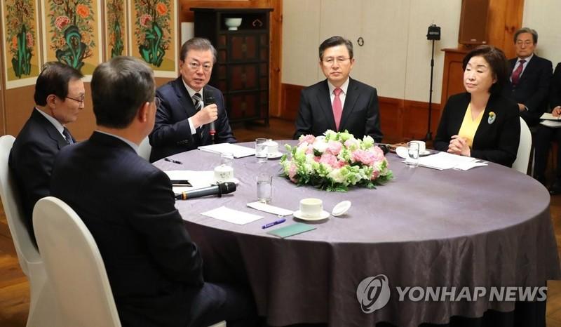Ông Moon, đảng đối lập gác xung đột chính trị chống COVID-19 - ảnh 1