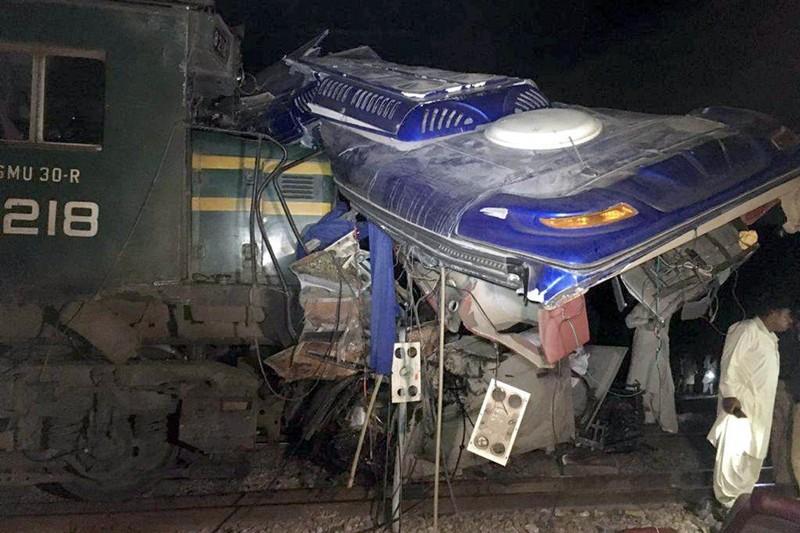 Tàu lửa đâm gãy đôi xe khách, 20 người chết  - ảnh 1