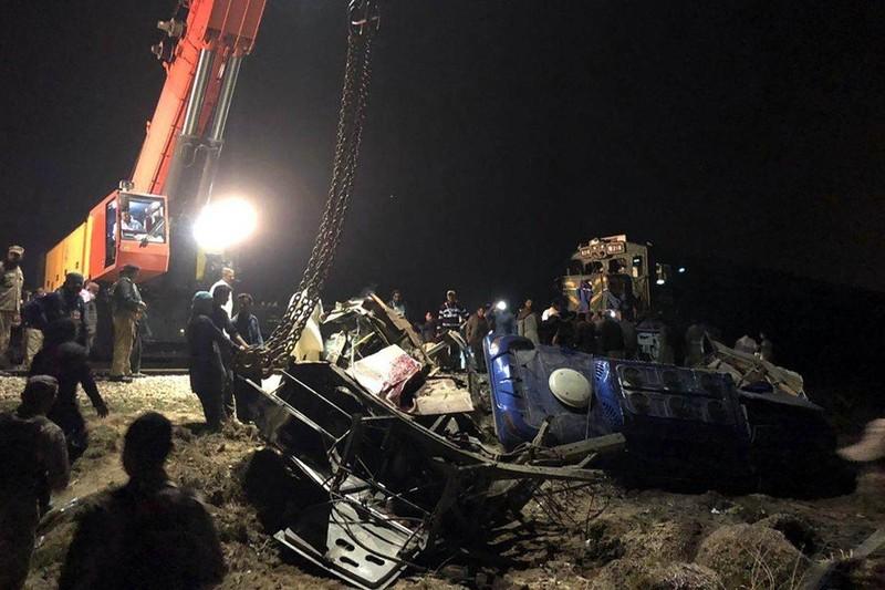 Tàu lửa đâm gãy đôi xe khách, 20 người chết  - ảnh 3