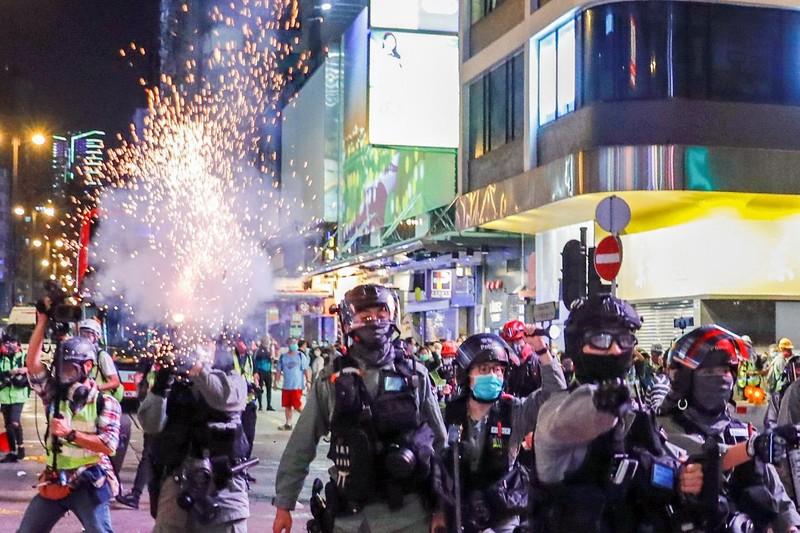 Hong Kong tiếp tục biểu tình dữ dội bất chấp dịch COVID-19 - ảnh 1