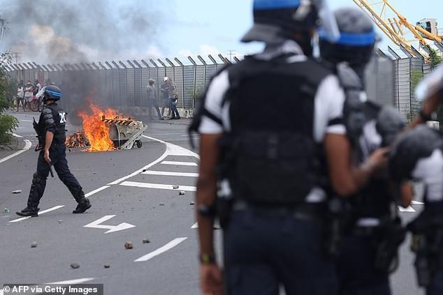 Ngăn du khách vì sợ COVID-19, người dân đụng độ với cảnh sát - ảnh 1