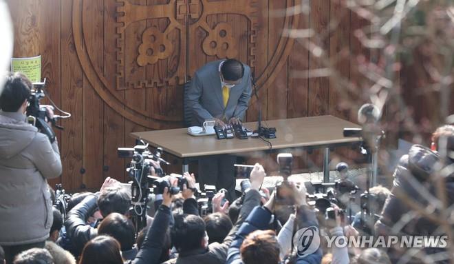 Hàn Quốc: Giáo chủ Tân Thiên Địa họp báo, quỳ gối xin lỗi dân - ảnh 1