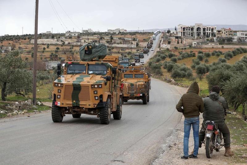 Ký thỏa thuận với Nga, Thổ Nhĩ Kỳ vẫn kéo xe tăng vào Idlib - ảnh 1