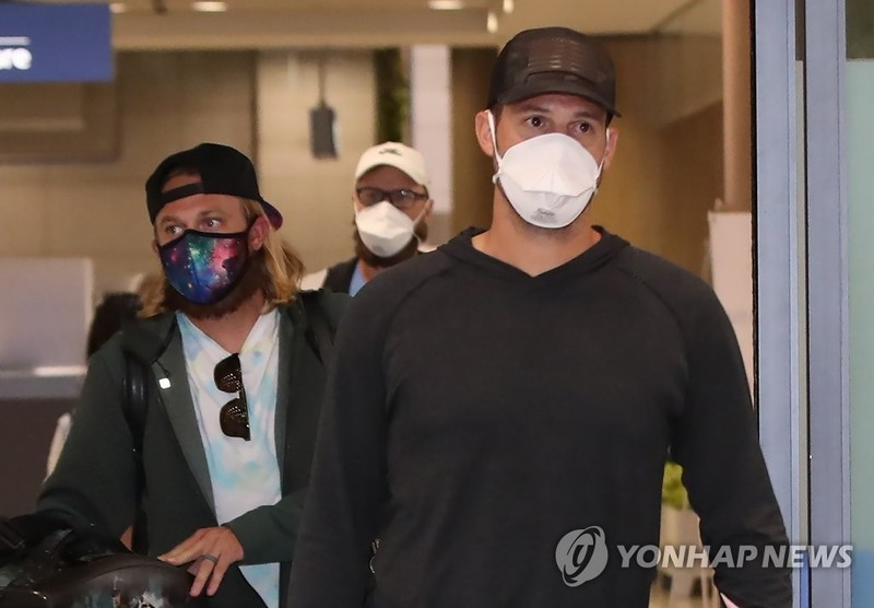 COVID-19 Hàn Quốc: Vi phạm cách ly có thể ngồi tù 1 năm - ảnh 2