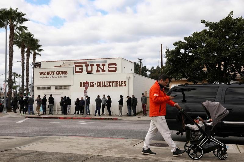 COVID-19: Coi súng là 'thiết yếu', chính quyền Mỹ bị chỉ trích - ảnh 1