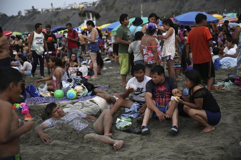 ừ bãi biển đông nghịt người hôm 16-2, Agua Dulce trong ngày 24-3 chỉ còn đầy dấu chân mòng biển, cùng bộ xương chim biển bị sóng đánh dạt vào vẫn chưa được thu dọn. Ảnh: AP 1