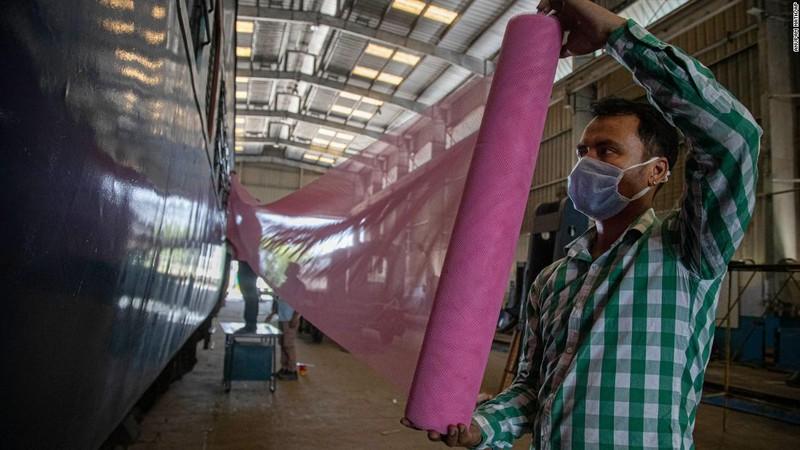 COVID-19 Ấn Độ: Toa tàu thành bệnh viện, nhà ga thành bếp ăn - ảnh 4