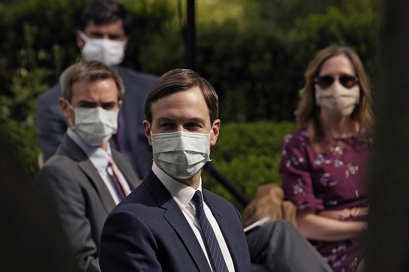 Nhà Trắng lệnh nhân viên đeo khẩu trang nhằm bảo vệ ông Trump - ảnh 1