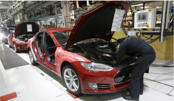 Tỉ phú Musk quyết mở cửa lại nhà máy bất chấp 'bị bắt' - ảnh 1