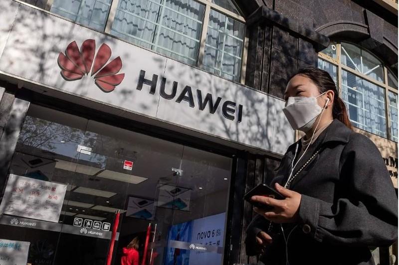 Ông Trump ký gia hạn lệnh cấm sử dụng thiết bị của Huawei - ảnh 1