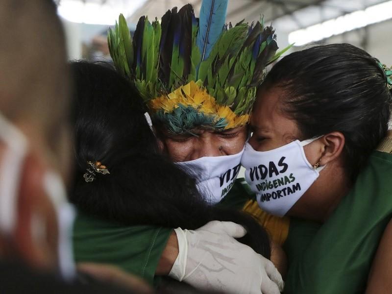 Đi nhận hỗ trợ của chính phủ, dân Amazon mang COVID-19 về làng - ảnh 1