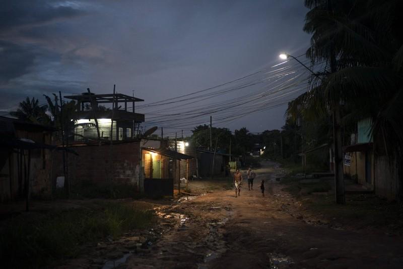 Đi nhận hỗ trợ của chính phủ, dân Amazon mang COVID-19 về làng - ảnh 2