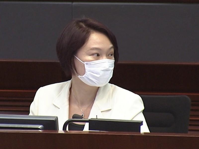 15 nghị sĩ đối lập Hong Kong bị lôi ra khỏi phòng họp vì ẩu đả - ảnh 1