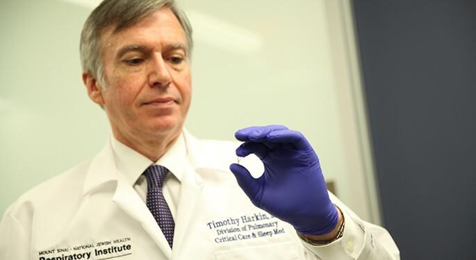 Ca hiếm ở Mỹ, gần xuất viện bác sĩ mới xác nhận nhiễm COVID-19 - ảnh 2