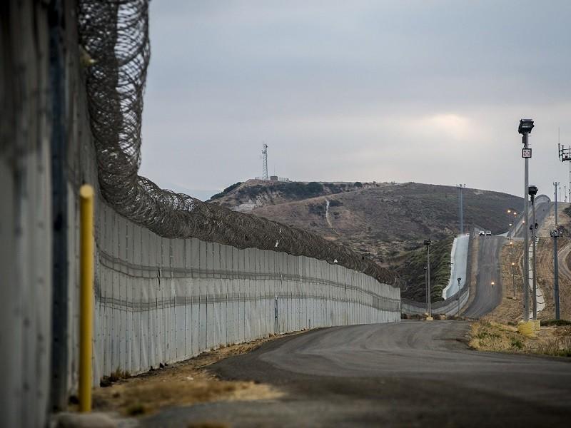 Báo cáo: Mỹ lấy tiền đóng tàu chiến để xây tường biên giới - ảnh 1