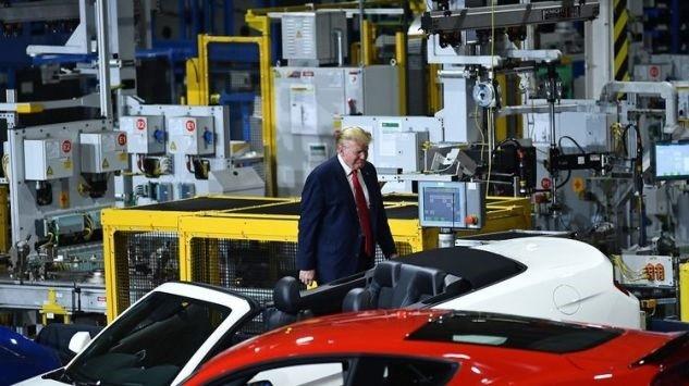 Ông Trump lại không đeo khẩu trang khi thăm nhà máy - ảnh 5