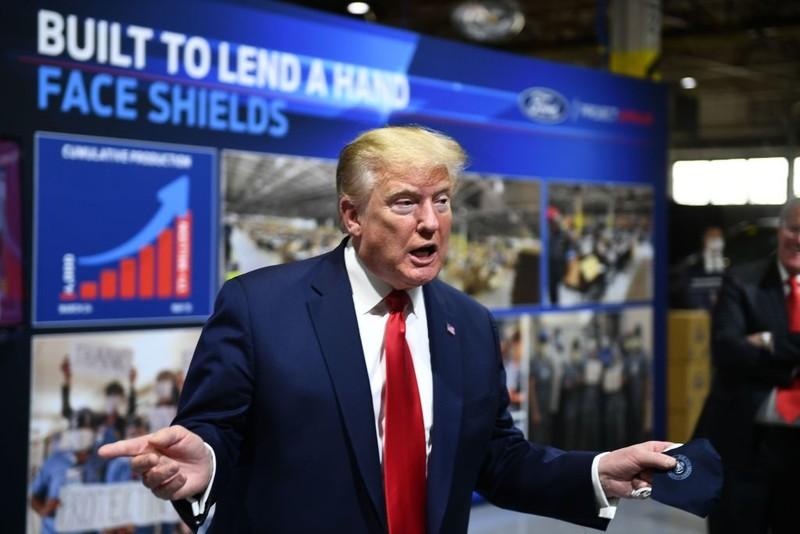 Ông Trump lại không đeo khẩu trang khi thăm nhà máy - ảnh 1