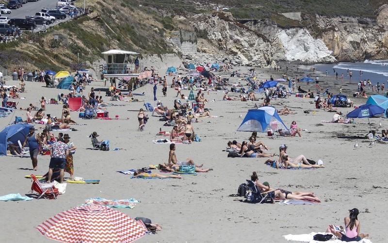 Nghỉ lễ mùa dịch, người Mỹ đổ xô đến bãi biển, công viên - ảnh 4