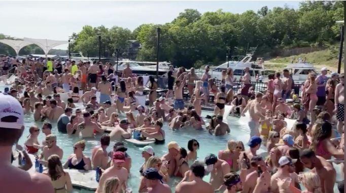 Nghỉ lễ mùa dịch, người Mỹ đổ xô đến bãi biển, công viên - ảnh 3