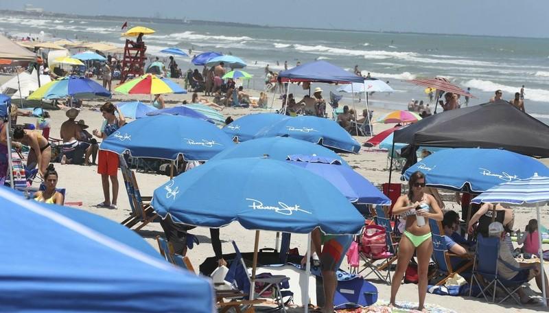 Nghỉ lễ mùa dịch, người Mỹ đổ xô đến bãi biển, công viên - ảnh 2