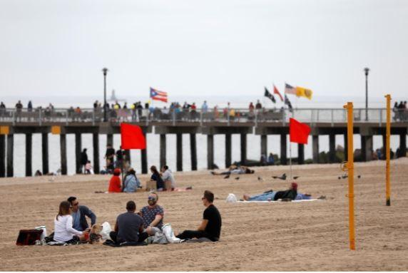 Nghỉ lễ mùa dịch, người Mỹ đổ xô đến bãi biển, công viên - ảnh 5