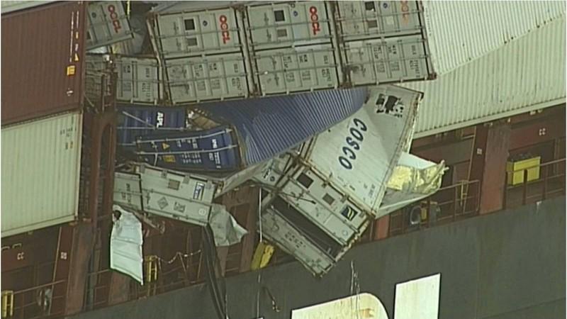 Ảnh: Khẩu trang nghi rơi từ container ngoài khơi dạt vào bờ - ảnh 2