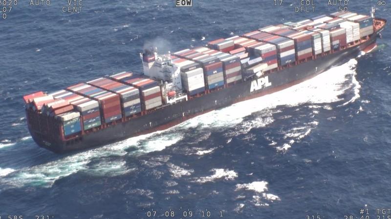 Ảnh: Khẩu trang nghi rơi từ container ngoài khơi dạt vào bờ - ảnh 1