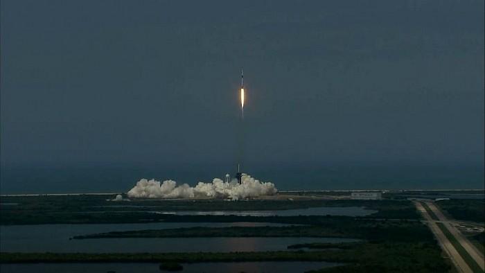 SpaceX đưa thành công phi hành gia Mỹ lên vũ trụ sau 10 năm   - ảnh 1