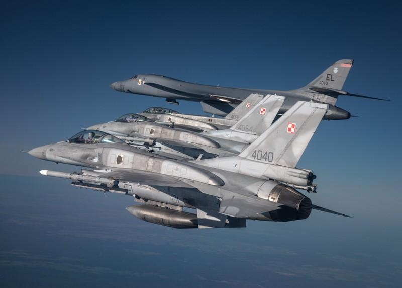 Ảnh: Máy bay ném bom B-1 Mỹ tập trận với Sukhoi Ukraine - ảnh 3