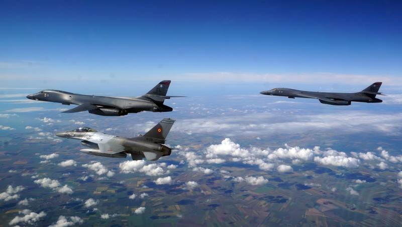 Ảnh: Máy bay ném bom B-1 Mỹ tập trận với Sukhoi Ukraine - ảnh 4