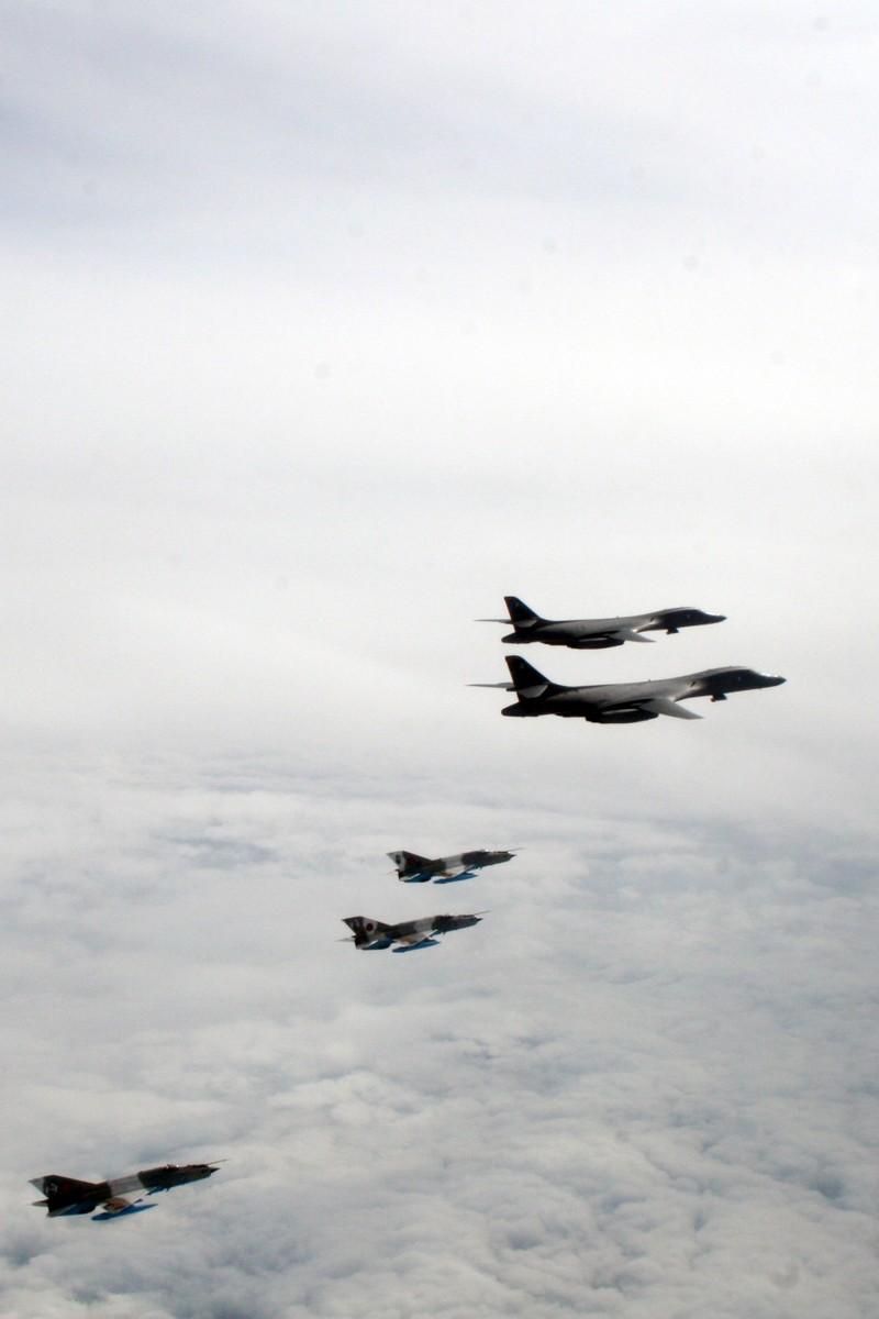 Ảnh: Máy bay ném bom B-1 Mỹ tập trận với Sukhoi Ukraine - ảnh 5