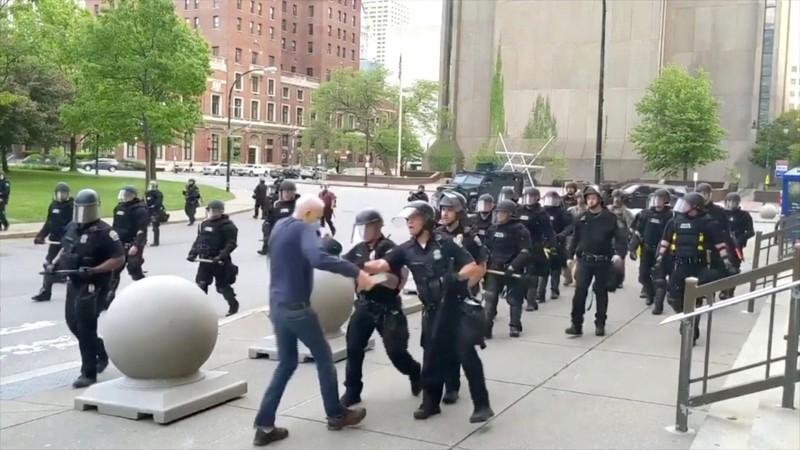 Ông Trump nghi người biểu tình 'dàn dựng' bạo lực cảnh sát - ảnh 2