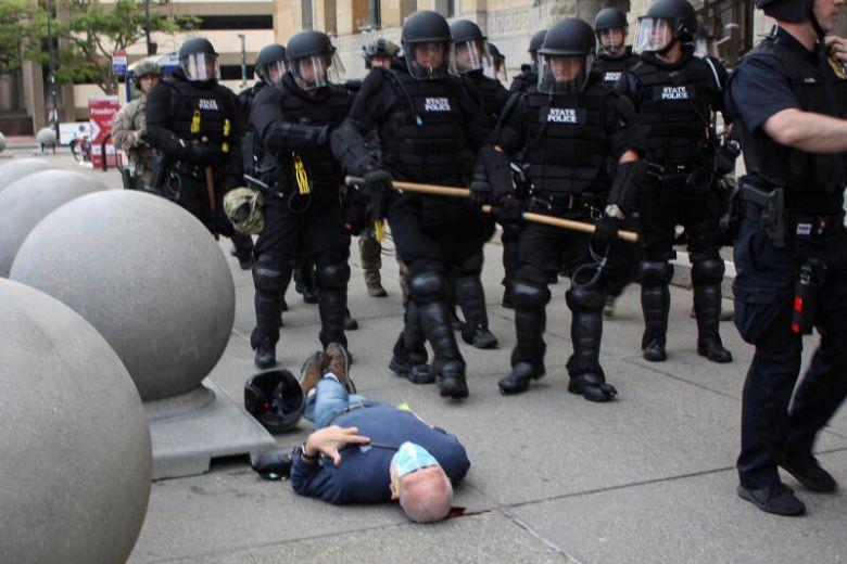 Ông Trump nghi người biểu tình 'dàn dựng' bạo lực cảnh sát - ảnh 3