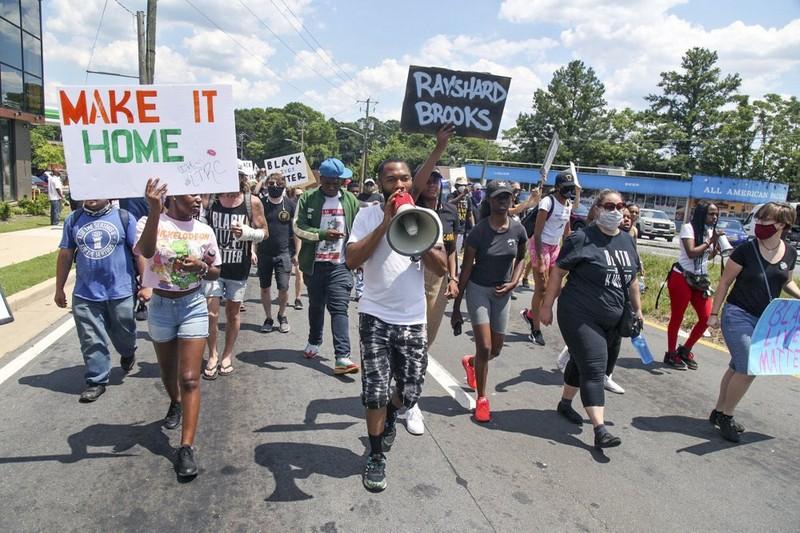 Mỹ thêm nóng: Một thanh niên da màu bị cảnh sát bắn chết - ảnh 5