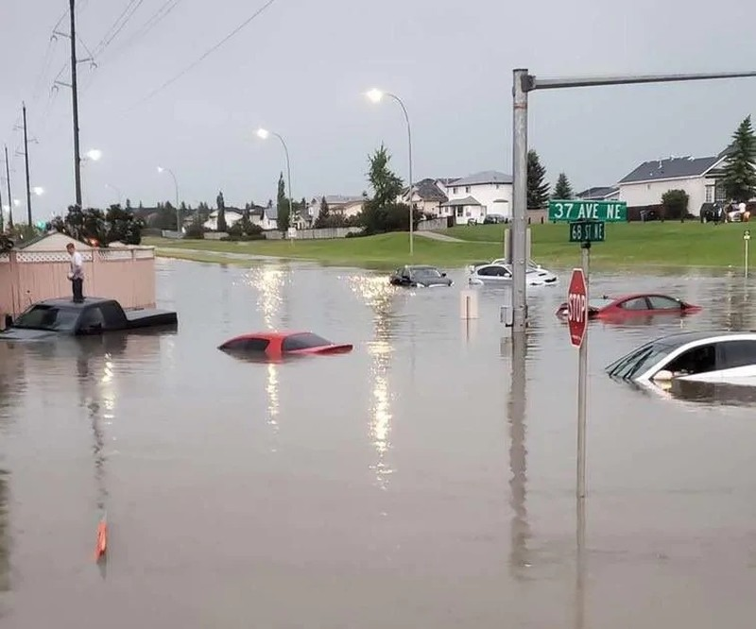 Ảnh: Mưa đá to bằng bóng tennis, nước ngập quá ô tô ở Canada - ảnh 6