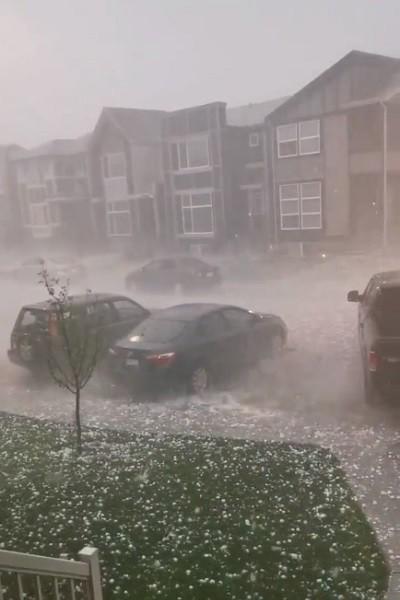 Ảnh: Mưa đá to bằng bóng tennis, nước ngập quá ô tô ở Canada - ảnh 1