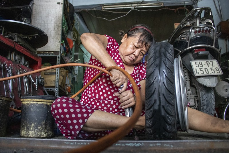 Người phụ nữ gần nửa thế kỷ sửa xe ở Sài Gòn - ảnh 1