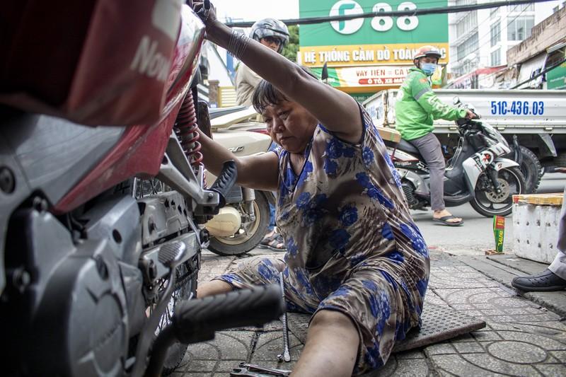 Người phụ nữ gần nửa thế kỷ sửa xe ở Sài Gòn - ảnh 3