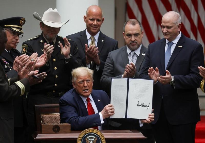 Sắc lệnh cải tổ ngành cảnh sát ông Trump vừa ký có gì? - ảnh 2
