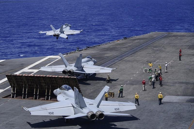Hai tàu sân bay Mỹ diễn tập chung sát Biển Đông  - ảnh 1