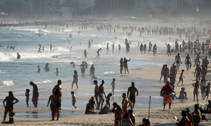 Brazil: Ngày hơn 50.000 ca nhiễm COVID-19, dân vẫn đổ ra biển - ảnh 1