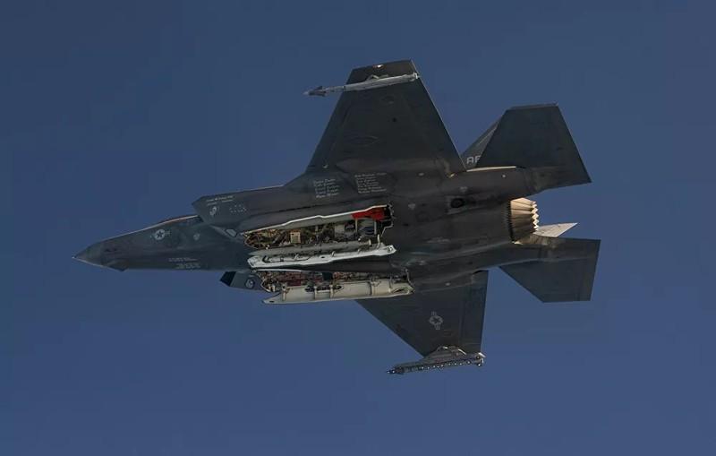 Ảnh: F-35 thử nghiệm thả bom hạt nhân - ảnh 2