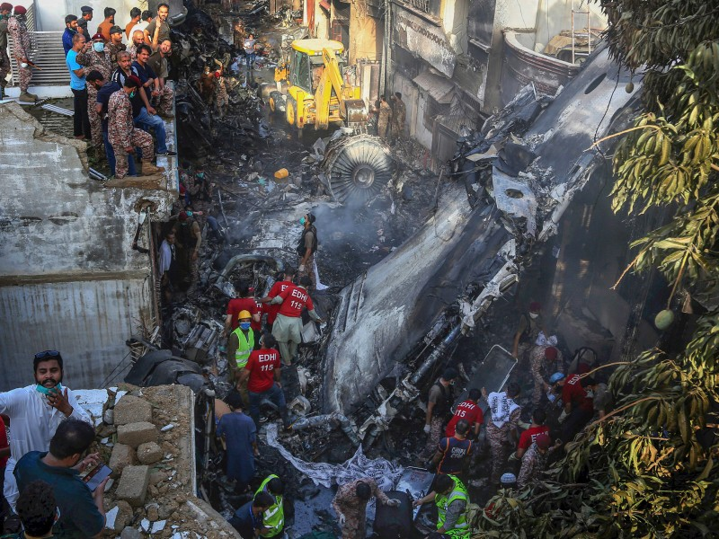 Vụ rơi máy bay 97 người chết: Do phi công mải bàn về COVID-19 - ảnh 1