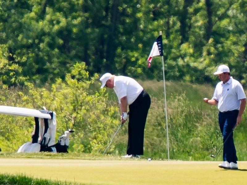 Ông Trump hủy lịch đánh golf cuối tuần để xử lý biểu tình - ảnh 1