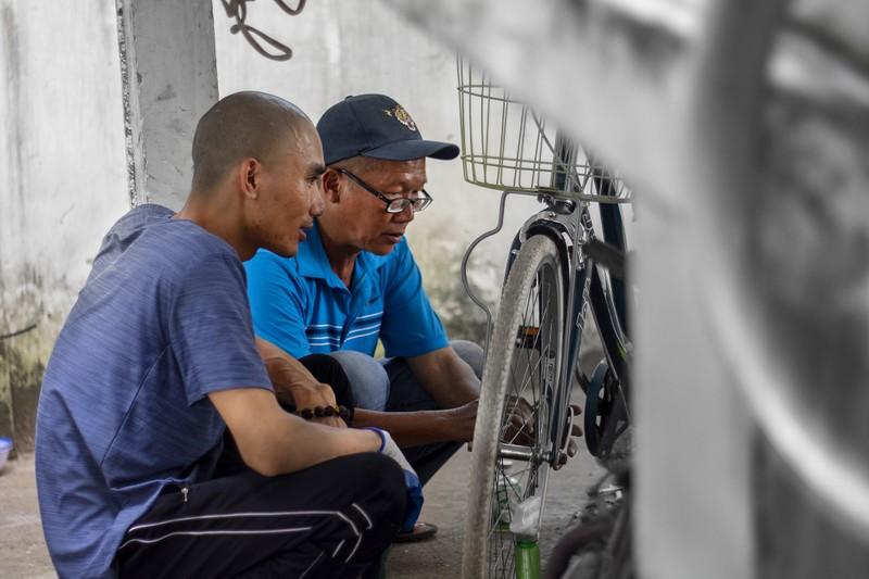 Chùm ảnh: Chàng trai ở trọ, sửa xe đạp cũ tặng người khó khăn - ảnh 6