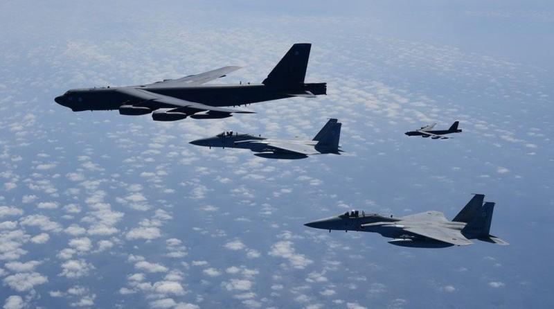 Mỹ điều B-52 đến tập trận cùng hai tàu sân bay ở Biển Đông - ảnh 1