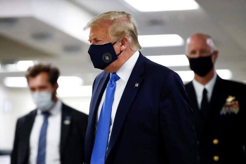 Lần đầu tiên ông Trump xuất hiện với hình ảnh đeo khẩu trang - ảnh 1