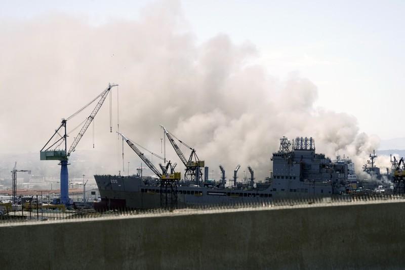 Tàu tấn công đổ bộ Mỹ cháy lớn, 18 thủy thủ bị thương - ảnh 1