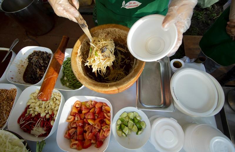 Đến ngày hội liên hoan ẩm thực ăn cơm lam, ba khía trộn - ảnh 2